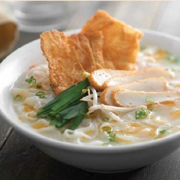 Ipoh Kway Teow Soup with Fish Cake Slices + Fried Beancurd Skin